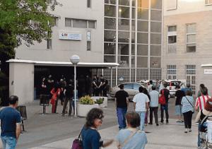 Policías en la puerta del centro de salud Federica Montseny.