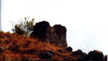 Restos del único muro que permanece en pie, perteneciente al torreón.