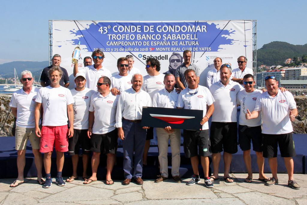 2018-07-25 – La tripulación del Aceites Abril recogiendo su premio del 43 Conde Gondomar – Foto © Oscar Calero