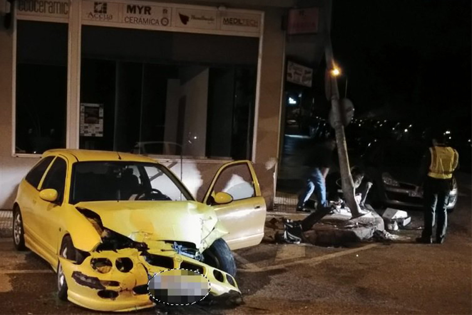 ACCIDENTE COCHE FAROLA NIGRÁN