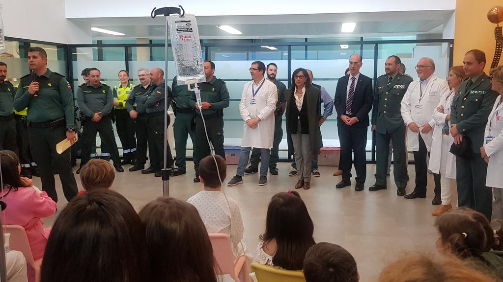A GARDA CIVIL VISITA A UNIDADE DE PEDIATRÍA DO HOSPITAL ÁLVARO CUNQUEIRO