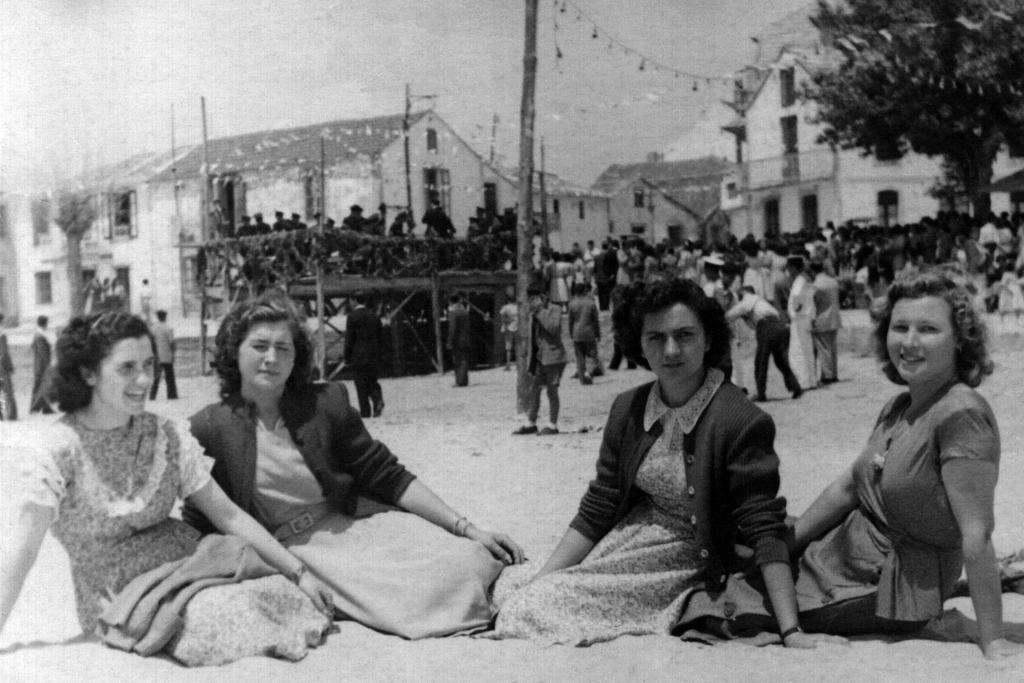 2020-03-07 – María Valtierra, Chona e Tonia Sanromán e outra amiga nas festas de San Xoán (Panxón) 24-6-1950