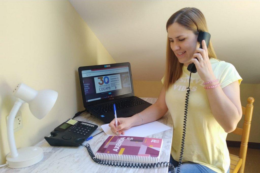 2020-05-20 – Traballadora Social de COGAMI-Olalla Esmorís- atendendo consultas de persoas usuarias