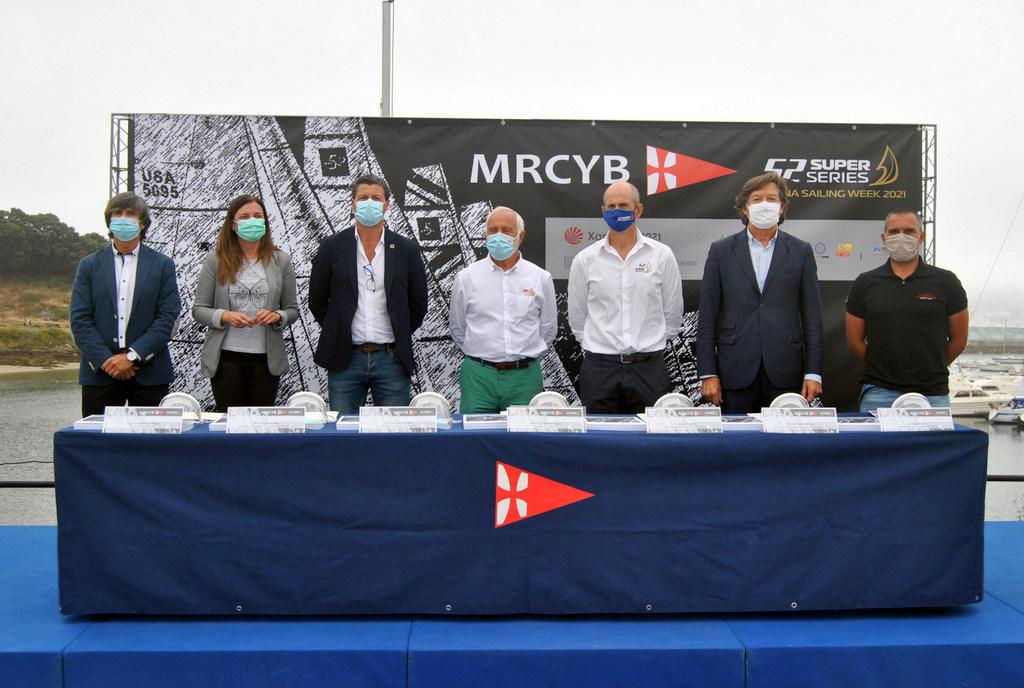 2020-07-08 – Autoridades asistentes a la presentacion en el MRCYB de las 52 Super Series Baiona Sailing Week_© MRCYB