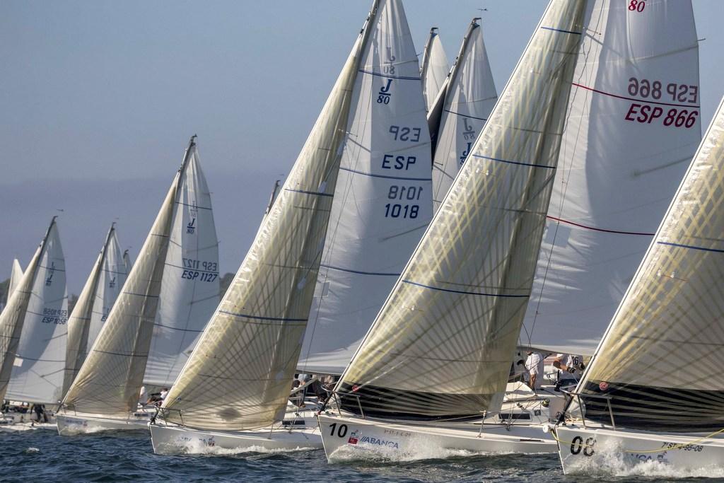 2020-09-04 – Los J80 se disputaron las pruebas en el interior de la bahía de Baiona – Foto Lalo R Villar
