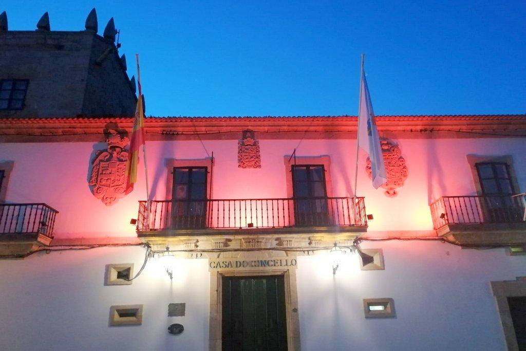 2021-04-27 – Fachada Concello de Baiona iluminada naranja