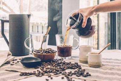 kahvia kaadetaan