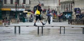 hombre cruzando puente