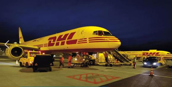 Uno de los aviones de DHL se prepara para la logística y el transporte especial relacionada a las vacunas