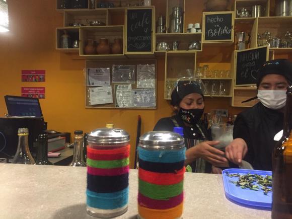 Personal del Café Manq'a cumpliendo las normas de bioseguridad en la atención al cliente