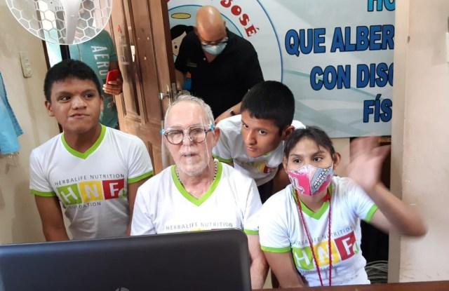 El representante del Hogar San José junto a los niños, cuando se hizo el donativo por parte de Herbalife Nutrition Foundation