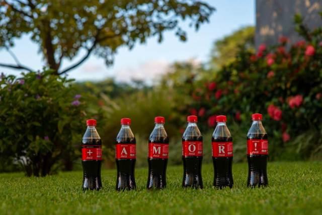 La iniciativa Alfabeto de Coca-Cola invita a armar palabras con las botellas y compartir mensajes optimistas