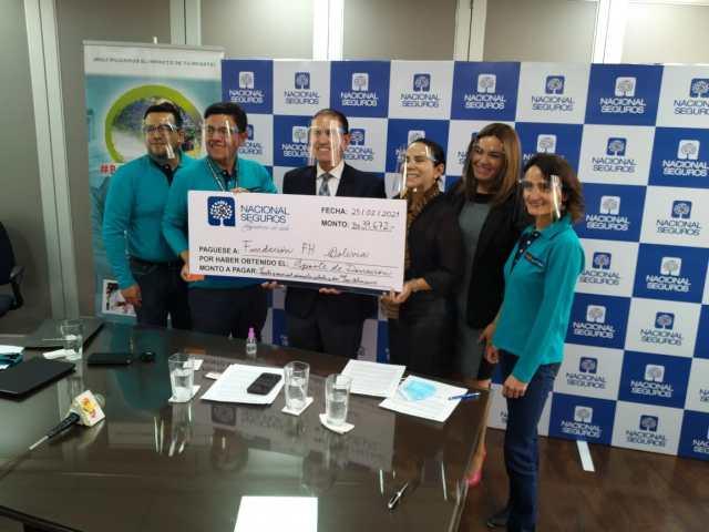 Ejecutivos de Nacional Vida realizan la donación para la campaña Bolivia con Agua.