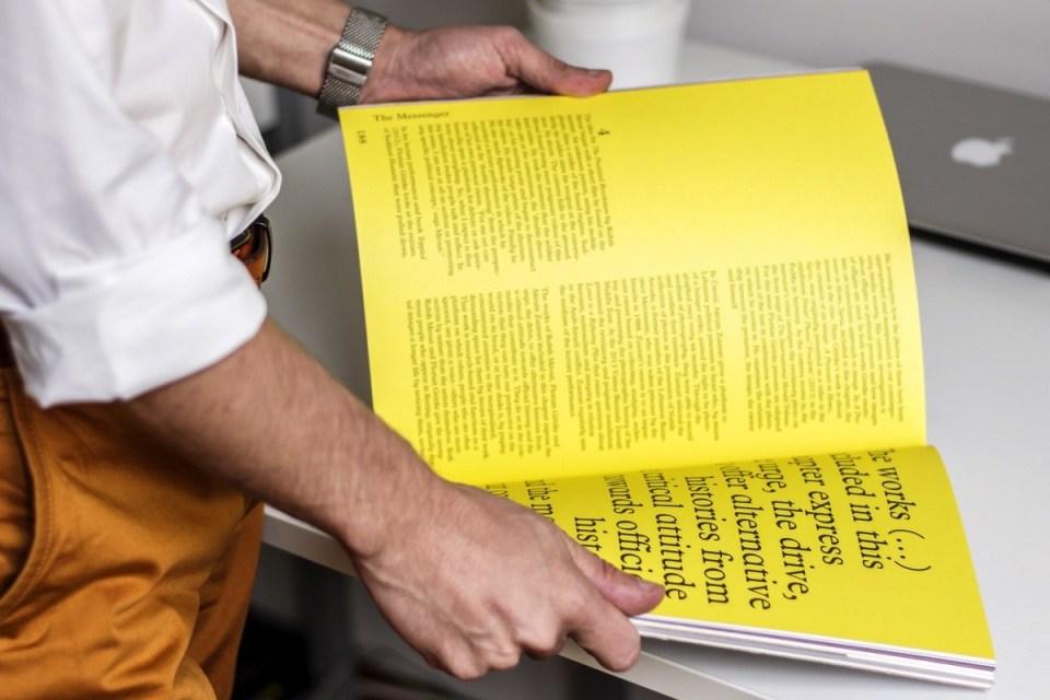 Homme qui consulte une publication