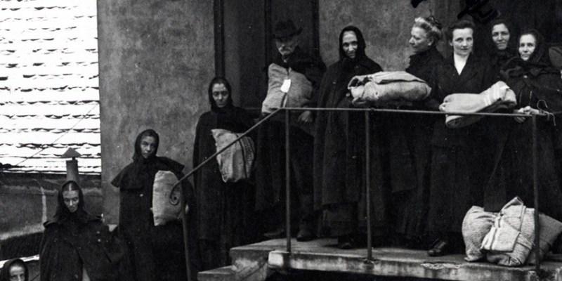 """La mostra è parte di un più ampio progetto che la Provincia autonoma di Trento ha dedicato alle vicende e al racconto dell'esperienza dei profughi, che comprende oltre alla mostra anche la pubblicazione di un'opera in due volumi dal titolo """"Gli spostati. Profughi, Flüchtlinge, Uprchlíci. 1914-1919""""."""