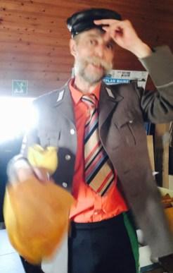 Im selbskomponierten, nicht historischem Kostüm: Doq Terznok rezitiert Zuckmayer. Foto: Andreas Weber
