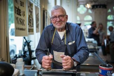 Lichtdruck-Experte Gerd Bertholdt stand mit Rat und Tat zur Seite. Foto: Michael Braun