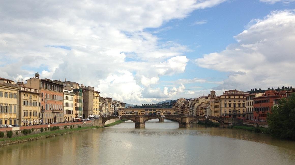 Vista de uma das pontes do Rio Arno, em Florença.