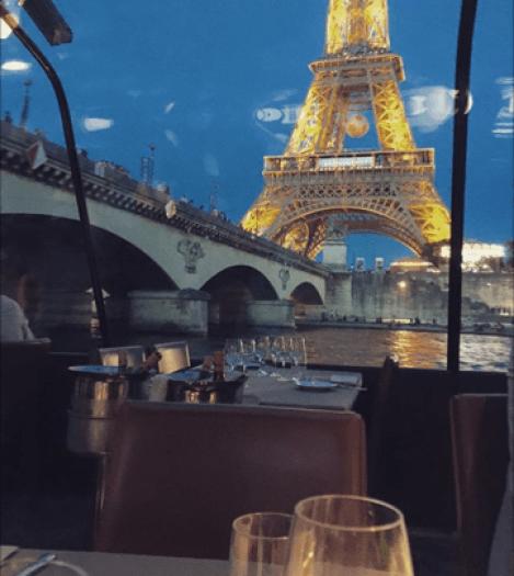 vista da janela do barco em paris