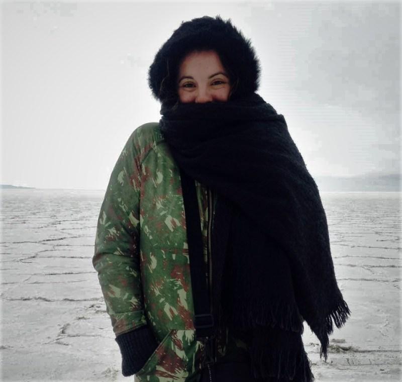Mulher pousando no Salar do Uyuni, Bolívia - Destinos não convencionais