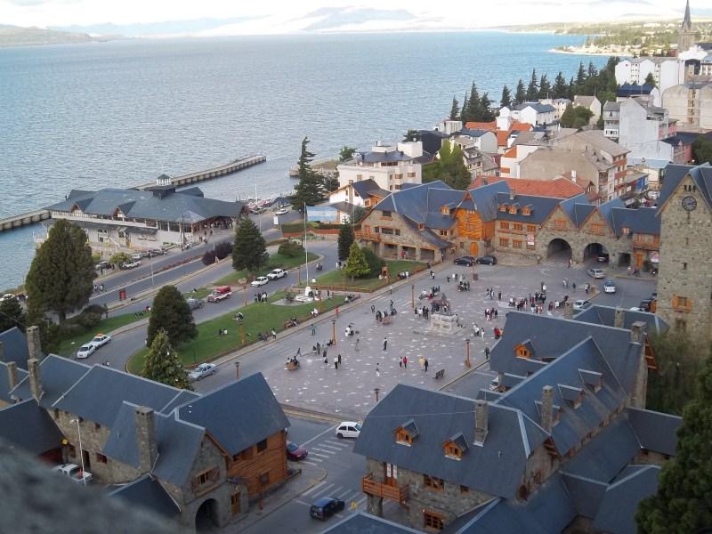 Imagem da cidade de Bariloche com seus habitantes