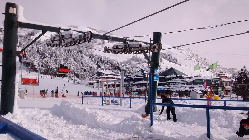 Montanhas nevadas de bariloche com seu teleférico