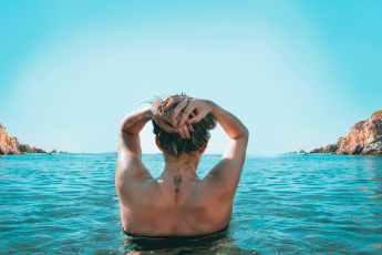 Mulher no mar - Viajar sozinha depois dos 40