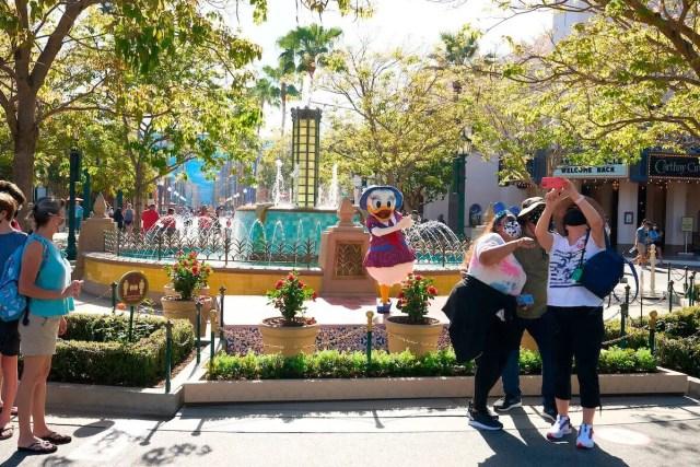 Fotografias con personajes durante reapertura de Disneyland
