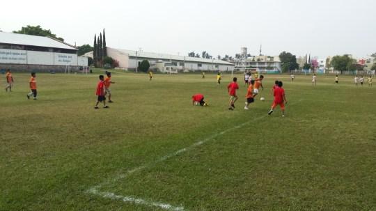 Die Kinder im Alter von 11 - 13 Jahre beim Fußballturnier.