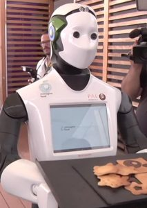 O robô que trabalha como garçom