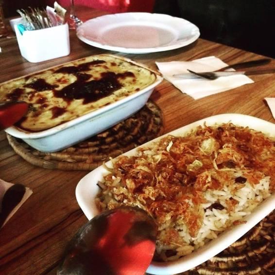 Bartouch acompanhado de arroz com lentinha e cebola caramelizada