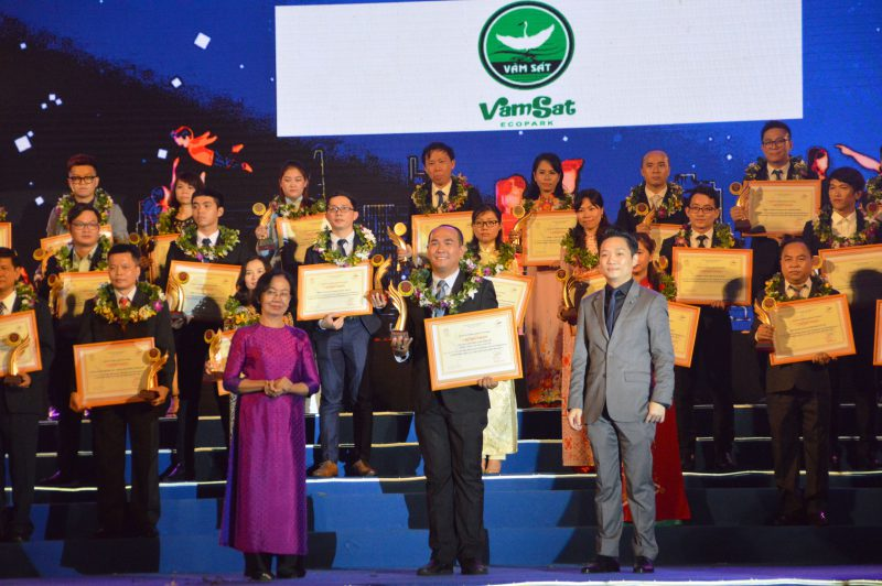 Ông Nguyễn Võ Kim KHôi (Giám đốc KDLST Vàm Sát) thay mặt đơn vị lên nhận giải thưởng