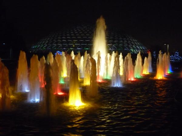 入夜的布洛德尔温室,掩映在多彩的喷泉中。