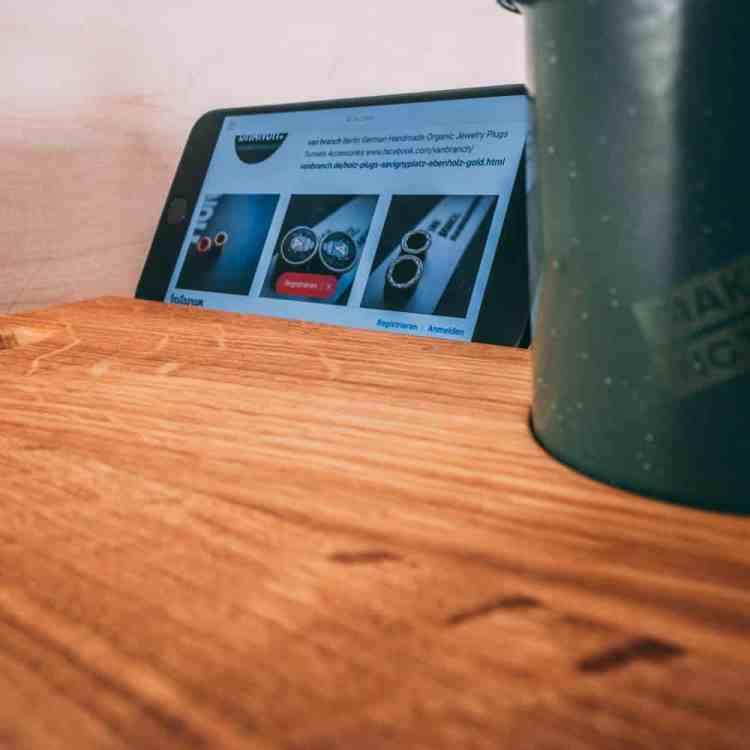 VAN BRANCH   MAKE COFFEE NOT WAR Frühstücksbrett und Tasse Schriftzug Smartphonehalterung