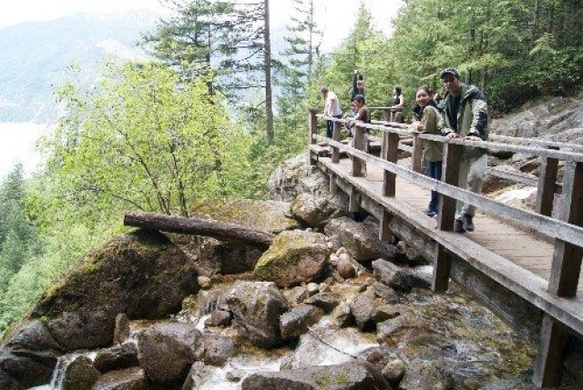 Hikers admiring the view from the Stawamus Chief trail