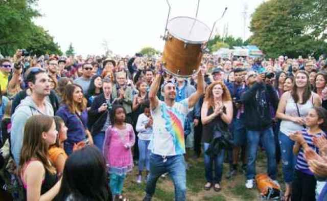 Delhi 2 Dublin Drummer and Fans