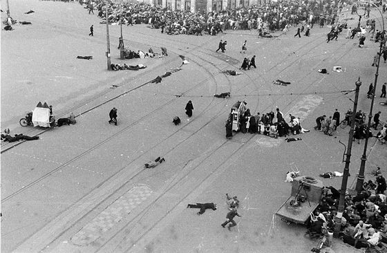 Schietpartij op de Dam, omstanders zoeken dekking achter draaiorgel 'Het Snotneusje', Amsterdam (1945) – Foto: W.F. Leijns/Fotomuseum