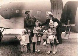 Prins Berhard wordt op vliegveld Teuge herenigd met zijn vrouw en dochters (cc0 - Fotograaf Onbekend / Anefo - wiki)