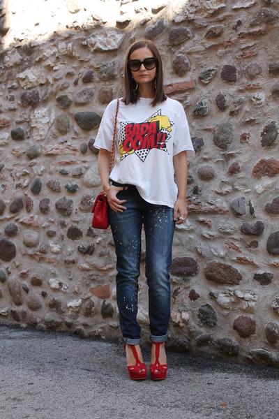 navy-mango-jeans-red-love-moschino-bag-red-zara-sandals-white-zara-t-shirt_400