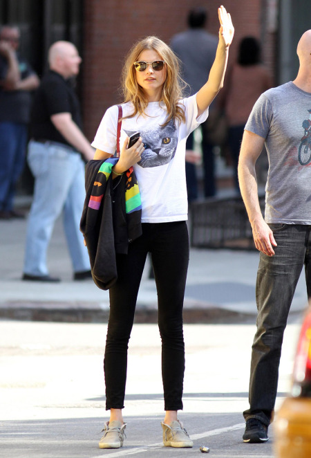 stylechi-behati-prinsloo-street-style-best-looks-victorias-secret-angel-cat-t-shirt-black-jeans-sunglasses