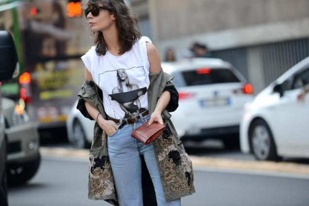 thestreetmuse_womenswear_fashion_streetstyle_photography_by_melaniegalea_in_milan_with_muse_irina-lakicevic_in_denim-jeans_givency-tshirt_antonio-marras-trench_levi-s-jeans_rayban-sungl