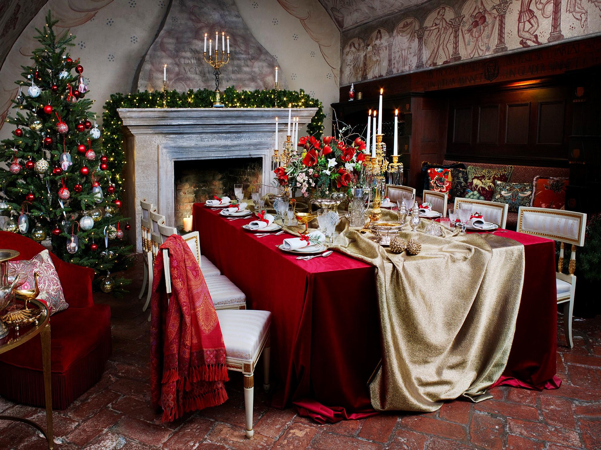 Stämningsfullt dukat julbord på van der Nootska Palatset