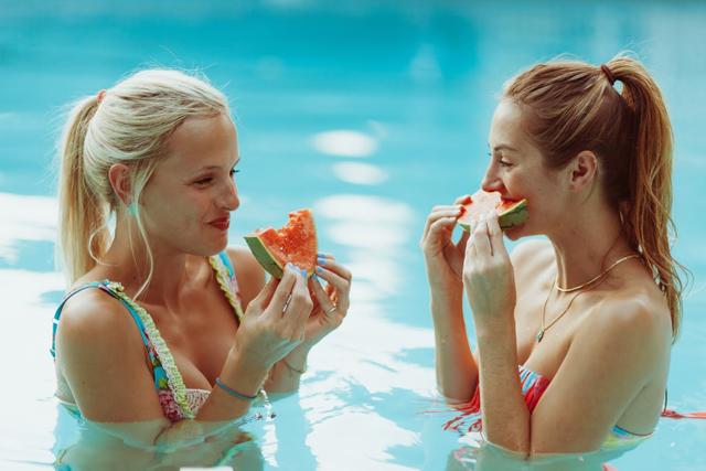 7-poolside-shoot-colorful-summer-swim-kayla-snell-photography-lauren-vandiver--vandi-fair