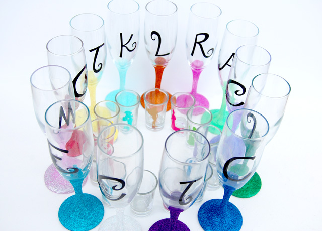 glitter-monogram-champagne-glasses
