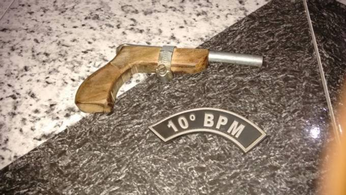 Arma apreendida com, Mikael Augusto Correia.