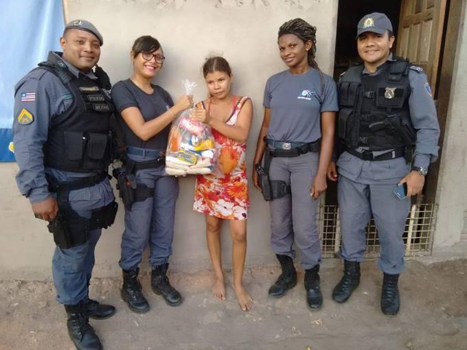 Entrega de alimentos realizada pelos PMs do Batalhão de Policia Militar de Pinheiro, a famílias carentes.