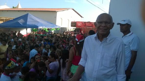 Ex-prefeito Juca Martins acompanhando de perto a distribuição de brinquedos na Praça