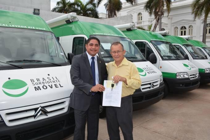 Zé Inácio entrega chave de unidade para prefeito João Felipe