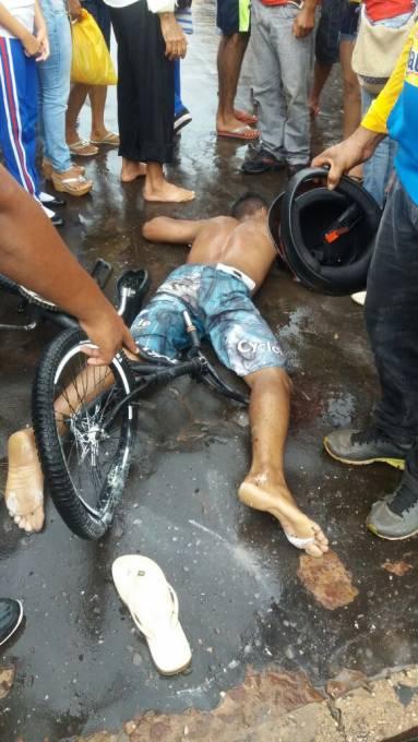 Cleyton Vinicius Castro Ribeiro ainda no local do acidente.