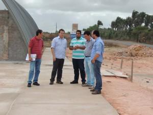 Secretário Simplício Araújo e técnicos da Seinc durante a visita as obras do Parque Empresarial de Pinheiro.